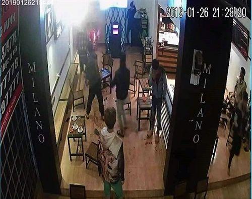 Đang ngồi uống cà phê, nam thanh niên bị nhóm côn đồ xông vào chém gần đứt lìa cánh tay - Ảnh 1