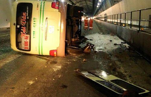 Xe khách lật nhào trong hầm Hải Vân, 5 người nhập viện cấp cứu - Ảnh 1