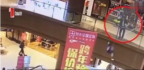 Không quen không biết, cô gái bất ngờ bị người đàn ông ném từ tầng 3 xuống - Ảnh 1