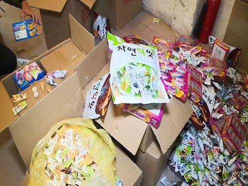 Thị trường bánh mứt kẹo bát nháo, người dùng bỏ tiền thật rước của ôi - Ảnh 1