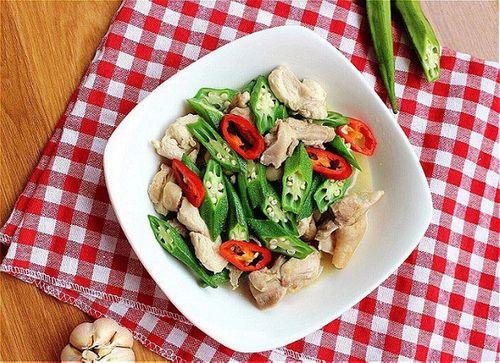 Món ngon mỗi ngày: Đổi vị với gà xào đậu bắp giòn giòn - Ảnh 1