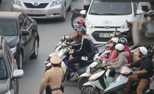 Cận Tết Nguyên đán, đường phố Hà Nội ùn tắc, chật cứng như nêm từ sáng tới chiều - Ảnh 4