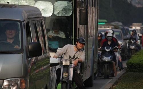 Cận Tết Nguyên đán, đường phố Hà Nội ùn tắc, chật cứng như nêm từ sáng tới chiều - Ảnh 5