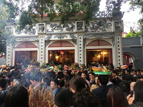 Hàng nghìn người đổ về tạ lễ cuối năm, Phủ Tây Hồ chật cứng - Ảnh 2