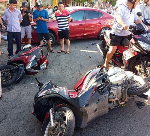 Ô tô mất lái gây tai nạn liên hoàn ở Vũng Tàu, tông gãy cột đèn giao thông - Ảnh 1