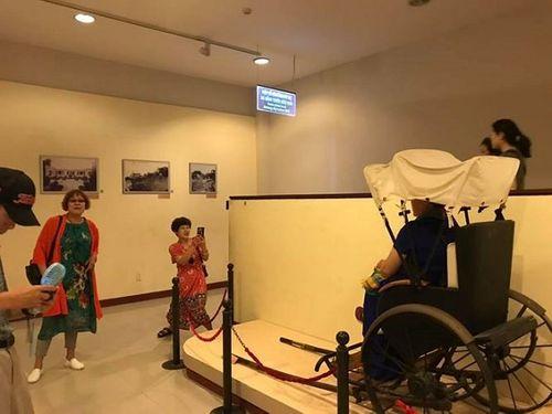 Du khách Trung Quốc vô tư ngồi lên hiện vật bảo tàng chụp ảnh ở Đà Nẵng - Ảnh 1