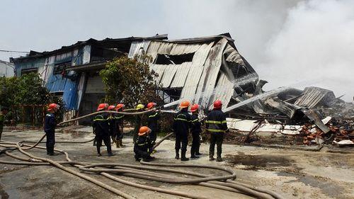Cháy lớn tại công ty sản xuất đèn cầy ở Tây Ninh, 2.000 m2 nhà xưởng bị thiêu rụi - Ảnh 2