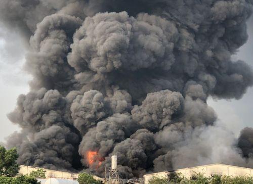 Cháy lớn tại công ty sản xuất đèn cầy ở Tây Ninh, 2.000 m2 nhà xưởng bị thiêu rụi - Ảnh 1
