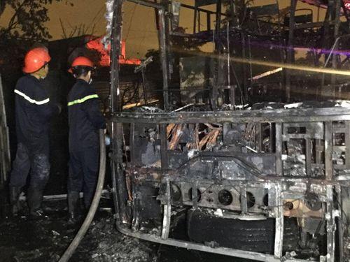 Xe khách đi Vũng Tàu ngùn ngụt bốc cháy, 44 hành khách thoát chết trong gang tấc - Ảnh 1