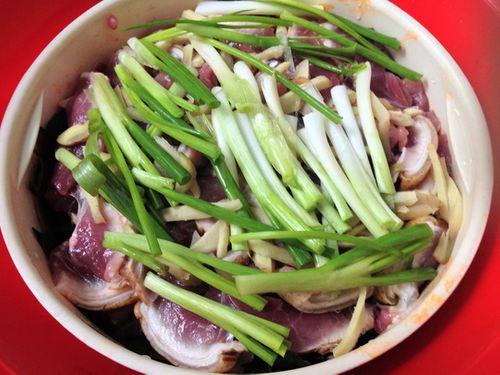 Món ngon mỗi ngày: Lạ miệng với thịt heo hấp hành gừng nóng hổi ngày lạnh trời - Ảnh 3
