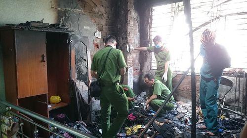 Nam thanh niên liều mình lao vào đám cháy cứu đôi vợ chồng già rồi lặng lẽ rời đi - Ảnh 1
