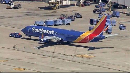 Thêm một máy bay 737 MAX 8 hạ cánh khẩn cấp vì động cơ, cổ phiếu Boeing tụt dốc - Ảnh 1