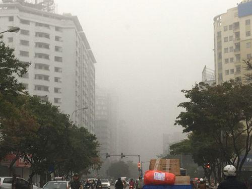 Hà Nội ngập trong sương bụi mù mịt, không khí ô nhiễm ở mức báo động - Ảnh 1