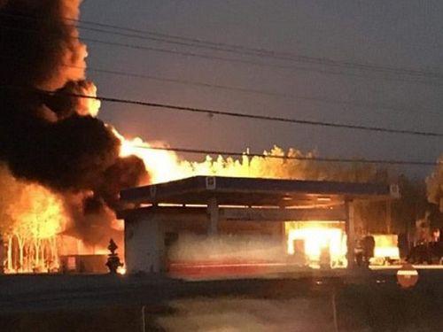Xe bồn phát hỏa trong lúc tiếp nhiên liệu, cây xăng bốc cháy dữ dội - Ảnh 1