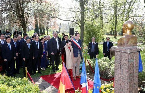 Chủ tịch Quốc hội Nguyễn Thị Kim Ngân đặt hoa tại Tượng đài Chủ tịch Hồ Chí Minh ở thành phố Montreuil, Pháp - Ảnh 1