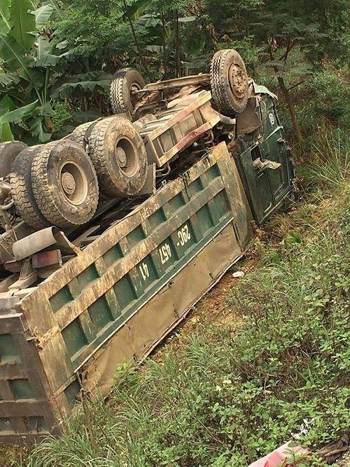Ô tô con nát vụn sau tai nạn kinh hoàng với xe tải, tài xế tử vong - Ảnh 2