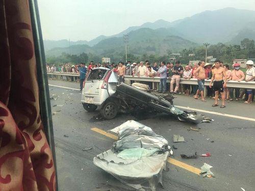 Ô tô con nát vụn sau tai nạn kinh hoàng với xe tải, tài xế tử vong - Ảnh 1