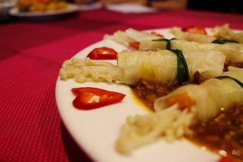 Món ngon mỗi ngày: Bắp cải cuộn nấm kim châm sốt đặc chế lạ miệng - Ảnh 3