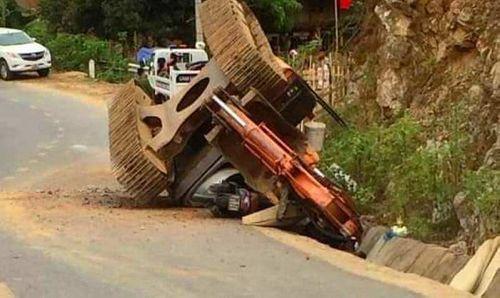 Tai nạn hi hữu: Máy xúc rơi khỏi thùng xe tải đè chết người đi đường - Ảnh 1