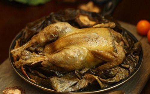 Món ngon mỗi ngày: Cách làm gà bọc lá sen nướng cho buổi liên hoan cuối tuần thêm thú vị - Ảnh 1