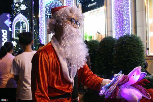 Trai xinh, gái đẹp 3 miền nô nức ra đường đón Giáng sinh an lành - Ảnh 2