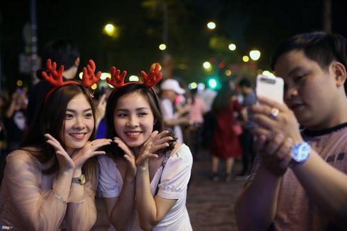 Trai xinh, gái đẹp 3 miền nô nức ra đường đón Giáng sinh an lành - Ảnh 4