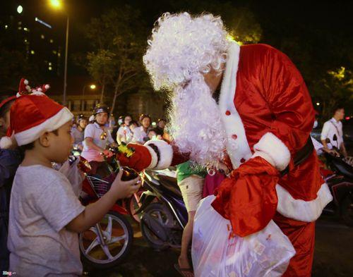 Trai xinh, gái đẹp 3 miền nô nức ra đường đón Giáng sinh an lành - Ảnh 6