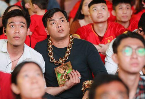 """Hé lộ tài sản """"khủng"""" của đại gia đeo 13kg vàng cổ vũ bán kết AFF Cup 2018 - Ảnh 3"""