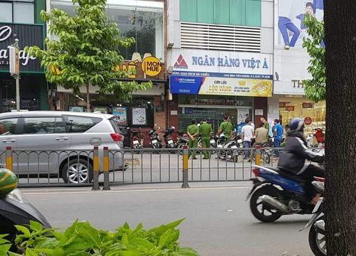 Hé lộ đặc điểm nhận dạng đôi nam nữ cướp hơn 1 tỷ đồng ở Ngân hàng Việt Á - Ảnh 1
