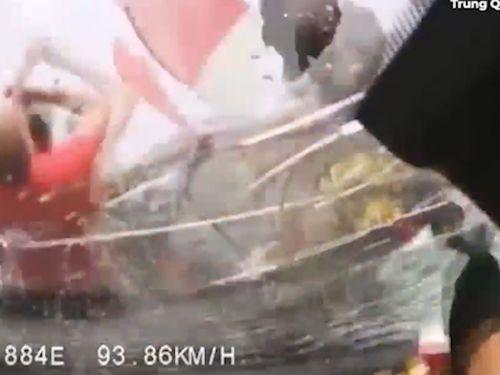 Video: Ô tô phóng nhanh, đâm văng cả nhà đang dừng xe trên cao tốc - Ảnh 1