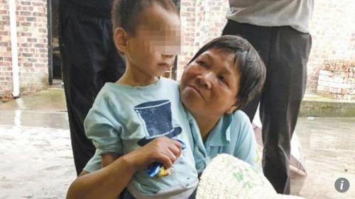 Cậu bé 3 tuổi may mắn sống sót bên thi thể ông nội suốt 5 ngày  - Ảnh 1