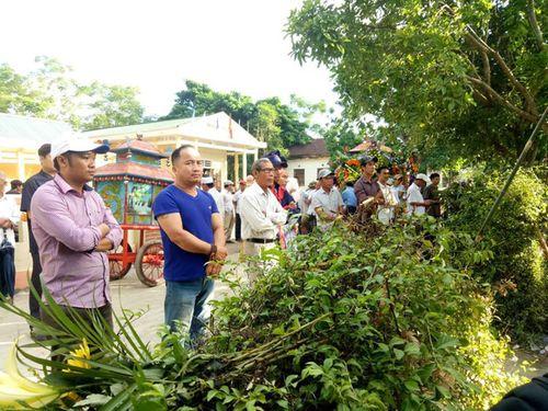 Vụ tai nạn 13 người chết ở Quảng Nam: Cả làng xót xa đưa người gặp nạn về nơi an nghỉ - Ảnh 2