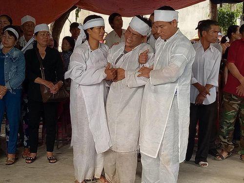 Vụ tai nạn 13 người chết ở Quảng Nam: Cả làng xót xa đưa người gặp nạn về nơi an nghỉ - Ảnh 3