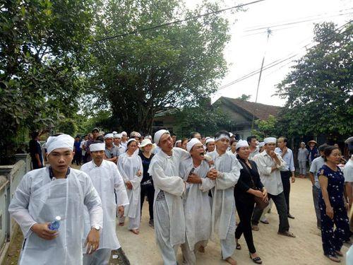 Vụ tai nạn 13 người chết ở Quảng Nam: Cả làng xót xa đưa người gặp nạn về nơi an nghỉ - Ảnh 4