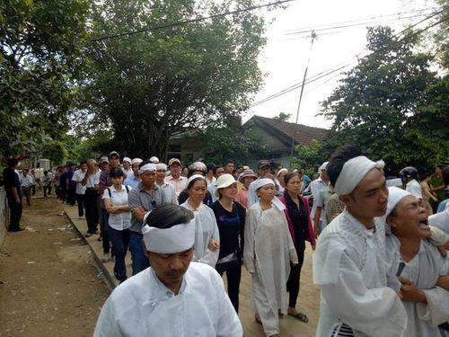Vụ tai nạn 13 người chết ở Quảng Nam: Cả làng xót xa đưa người gặp nạn về nơi an nghỉ - Ảnh 5