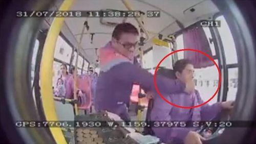 """Yêu cầu dừng xe không được, hành khách tung """"liên hoàn đấm"""" vào mặt tài xế xe buýt  - Ảnh 1"""