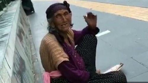 Ngồi ăn xin từ sáng tới trưa, bà lão kiếm hơn 2 triệu đồng - Ảnh 1