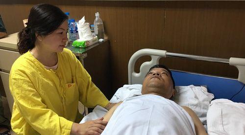 Chiến sĩ cảnh sát cơ động bị thiếu nữ đâm gãy chân đã được phẫu thuật - Ảnh 1