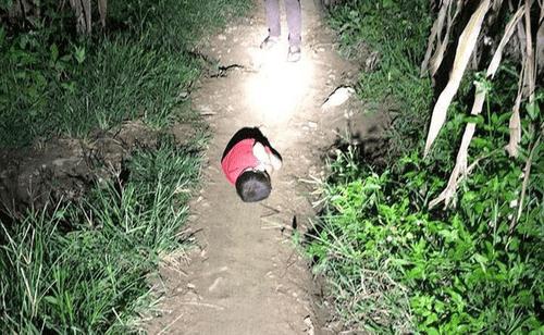 Xót xa hình ảnh bé trai phải ngủ ngoài đường vì bố mất, mẹ đi lấy chồng - Ảnh 1