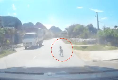 Đang lái xe trên quốc lộ, tài xế hoảng hồn phát hiện bé trai bò giữa đường - Ảnh 2