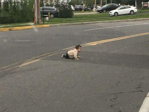 Đang lái xe trên quốc lộ, tài xế hoảng hồn phát hiện bé trai bò giữa đường - Ảnh 1