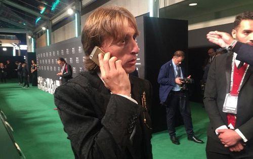 Lương 275 tỷ/năm, Luka Modric vẫn dùng iPhone 5S khiến nhiều người bất ngờ - Ảnh 1