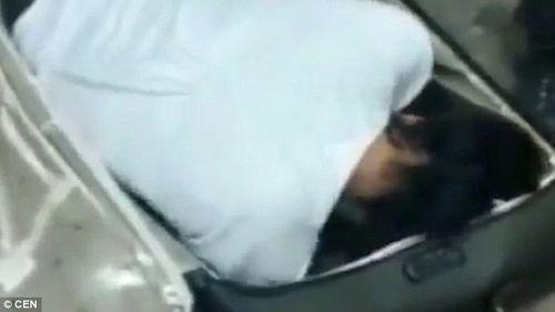 Nghi ngờ bất thường trong chiếc vali, cảnh sát kinh ngạc phát hiện vật thể bên trong - Ảnh 1