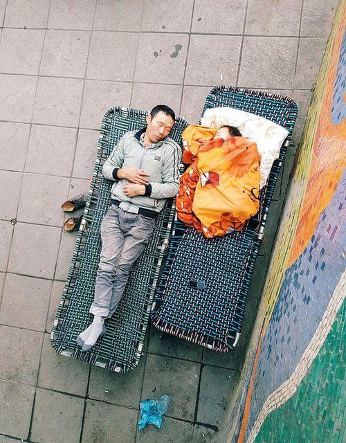 Xúc động mạnh trước hình ảnh cha nhường chăn cho con nhỏ ngủ ngon lành trên vỉa hè Hà Nội - Ảnh 1