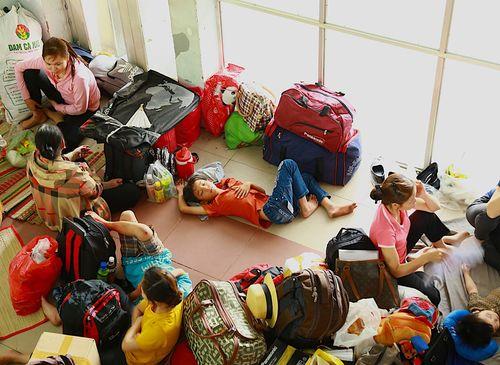 Hàng ngàn hành khách về quê ăn Tết vạ vật sau sự cố tàu SE1 trật bánh - Ảnh 2