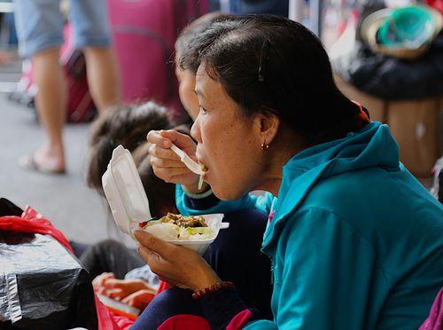 Hàng ngàn hành khách về quê ăn Tết vạ vật sau sự cố tàu SE1 trật bánh - Ảnh 3