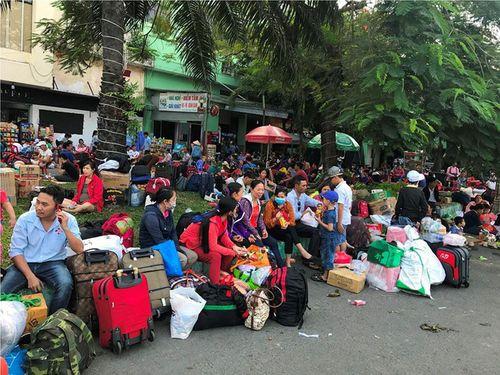Hàng ngàn hành khách về quê ăn Tết vạ vật sau sự cố tàu SE1 trật bánh - Ảnh 8