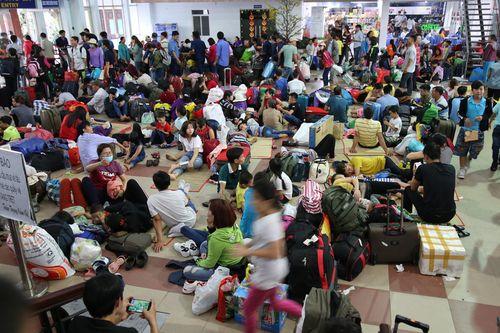 Hàng ngàn hành khách về quê ăn Tết vạ vật sau sự cố tàu SE1 trật bánh - Ảnh 1