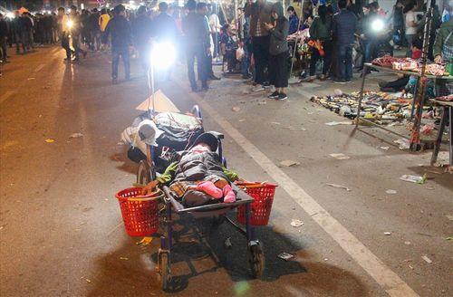 Ngán ngẩm cảnh ăn xin bò lê lết ở chợ Viềng để chèo kéo khách du lịch - Ảnh 4
