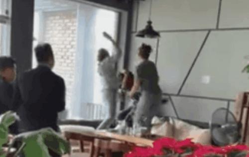 Tin tức đời sống mới nhất ngày 18/2/2019: Xôn xao clip chị chồng dùng dày cao gót đánh ghen hộ em dâu - Ảnh 1